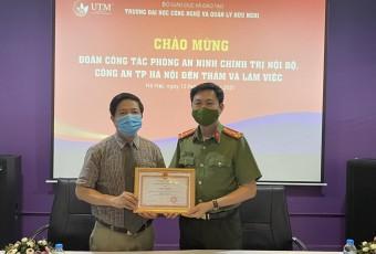 Đại học Hữu Nghị đón nhận Giấy khen của Giám đốc Công an TP. Hà Nội